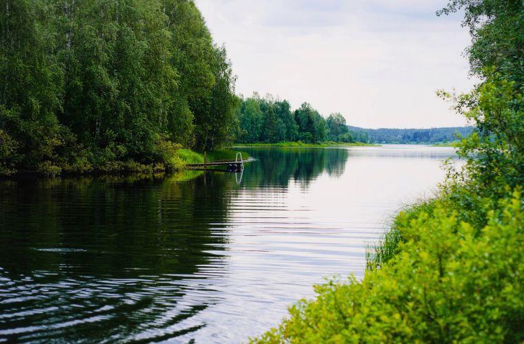 Majatalo Puuukarin Pysäkki Huilaus uintia joella