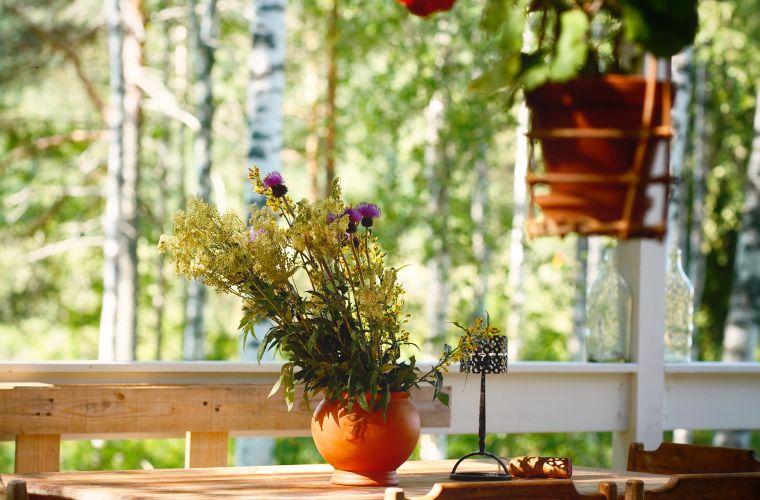 Majatalo Puukarin Pysäkki terassipöytä