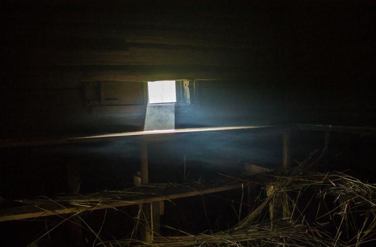 Savusaunan hämyssä on taikaa, valo pilkahtaa sisään ikkunasta