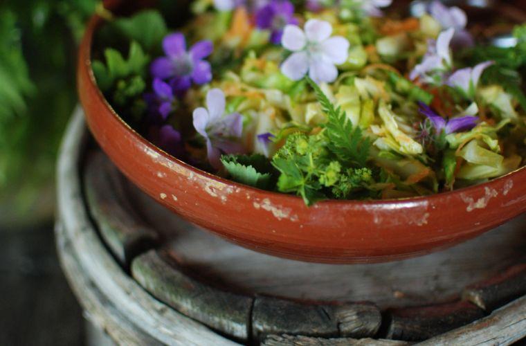 Villikukkia salaatissa